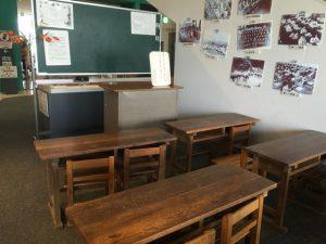 昭和の時代の小学校の机