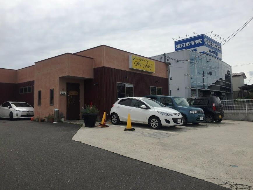 お店の外観と駐車場