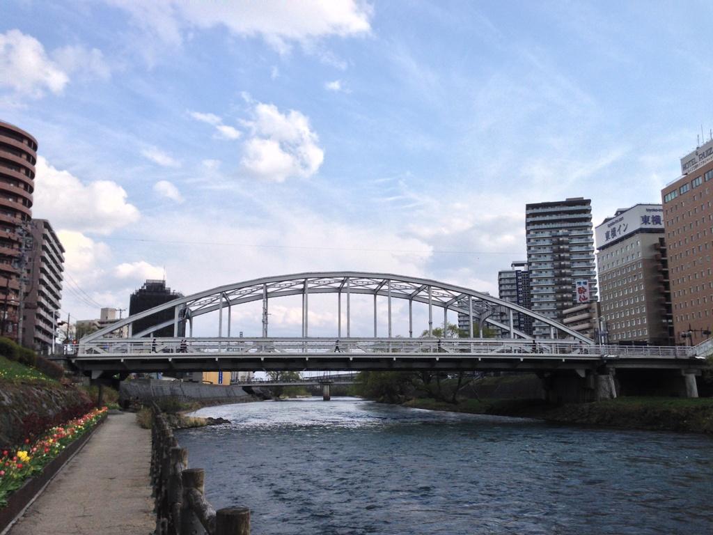 北上川の川岸と開運橋