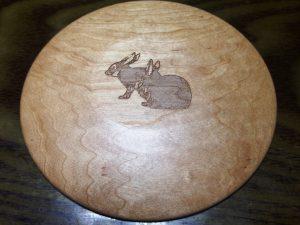 木のお皿の裏面