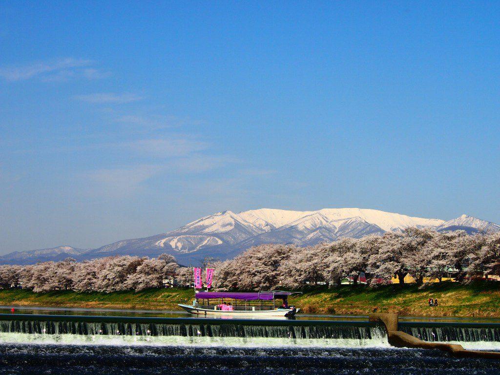 残雪残る蔵王山と白石川