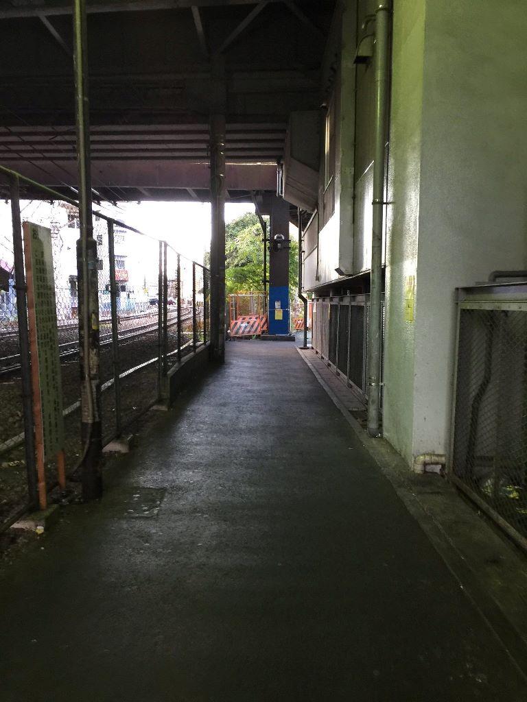 駅前から商店街に向かう