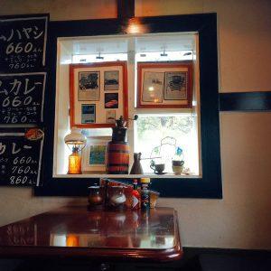 店内の様子 テーブルと窓