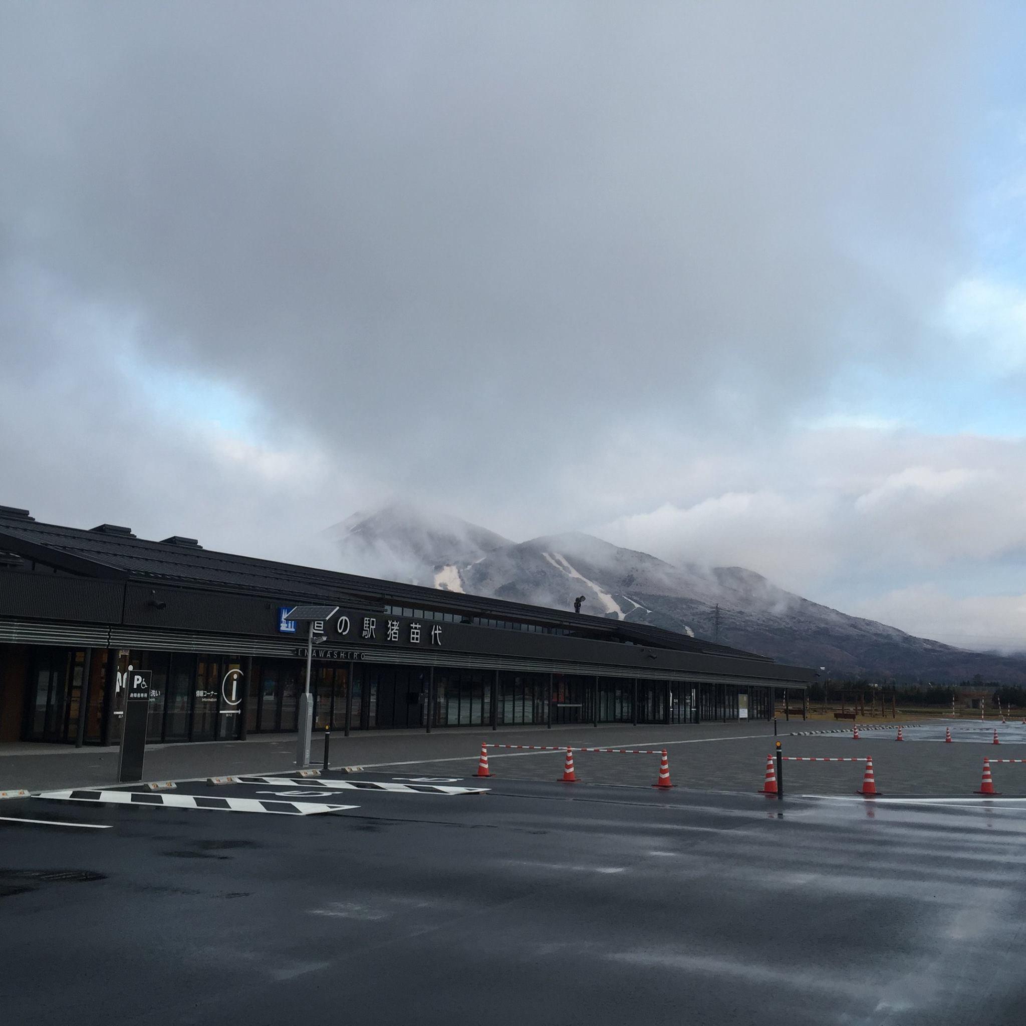 雪景色の磐梯山を背景にした道の駅
