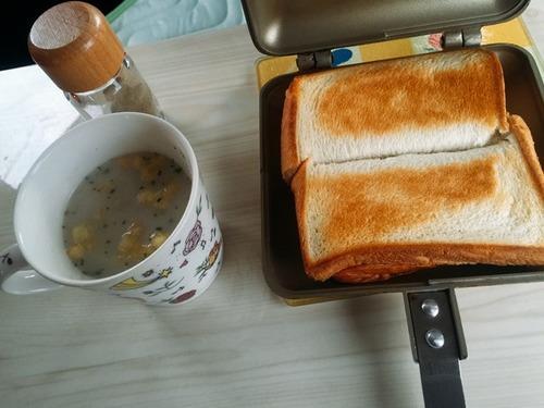 スープとホットサンドの朝ご飯