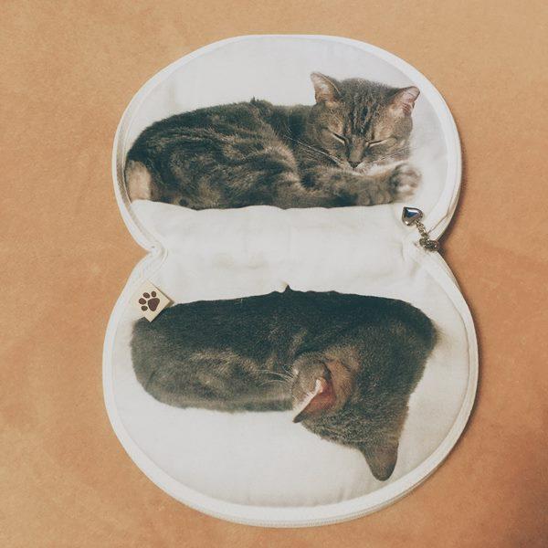 猫の絵柄のポーチ