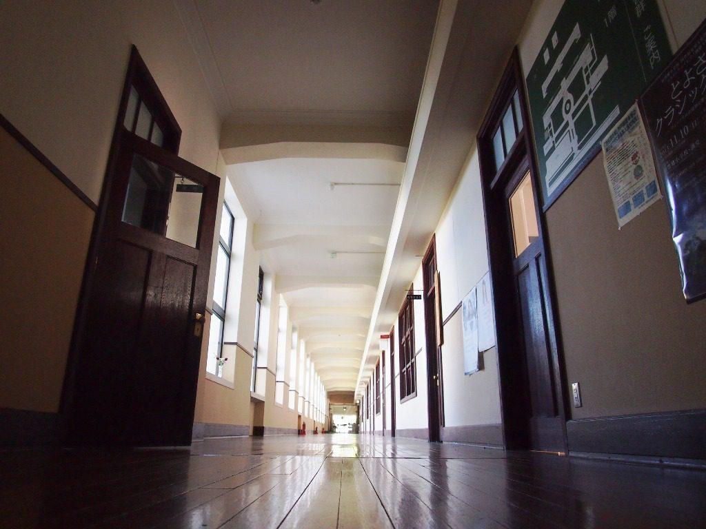 板張りの廊下