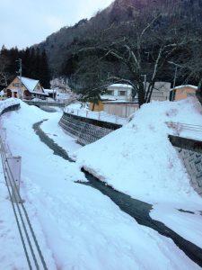 雪が入れられた川