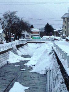 雪を入れられた川