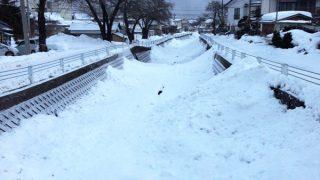雪で川をふさぐ(福島県南会津)