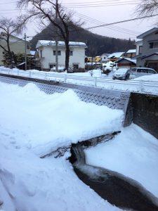 雪に埋もれた川
