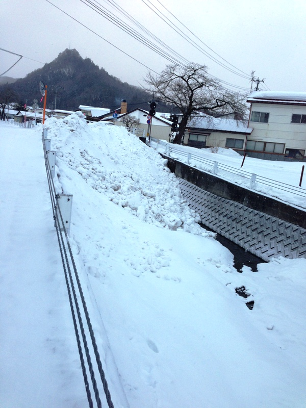 雪を捨てられた川