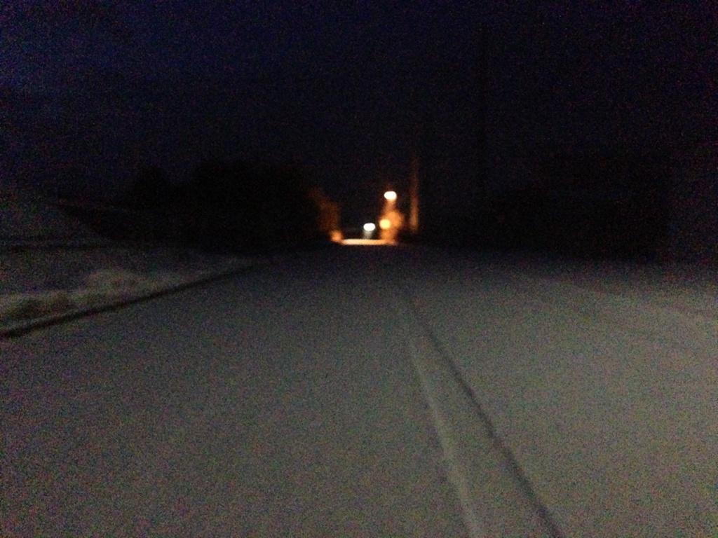 薄く雪が積もった道路