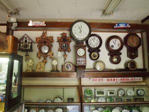 時計店の店内に並ぶたくさんの時計