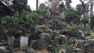お寺の中の富士塚 音羽富士(東京護国寺)