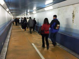 人道を歩く人々